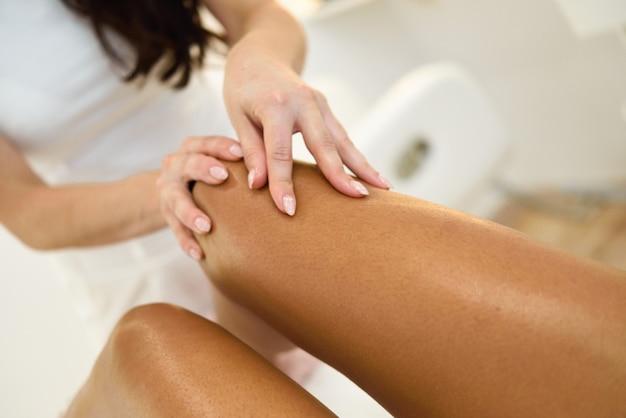 Massage De Beauté à La Jambe Dans Un Salon De Beauté. Photo gratuit