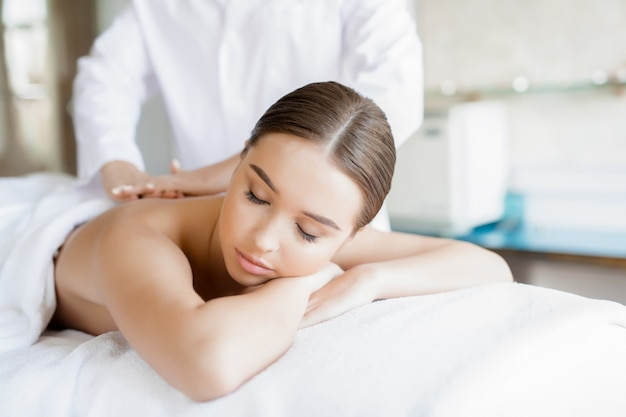 Massage du corps Photo gratuit