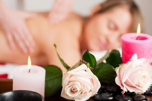 Massage du dos à spa Photo Premium