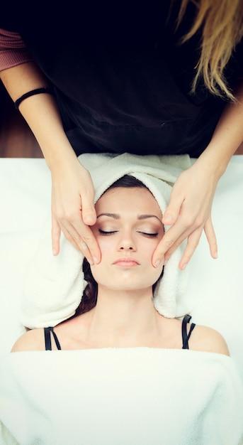 Massage du visage au spa. Photo Premium