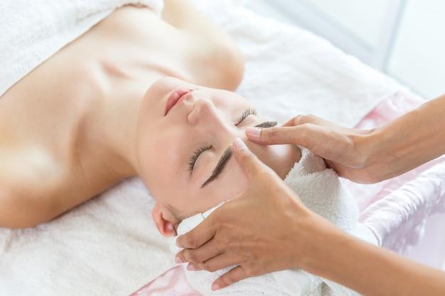Massage du visage, soins de la peau dans les services de santé et de spa Photo Premium