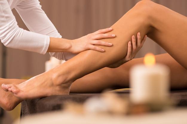 Massage Des Jambes Au Salon De Spa Photo Premium