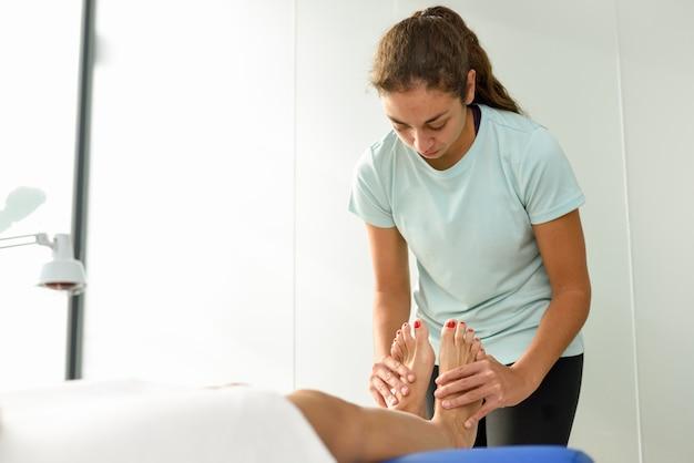 Massage Médical Au Pied Dans Un Centre De Physiothérapie. Photo gratuit