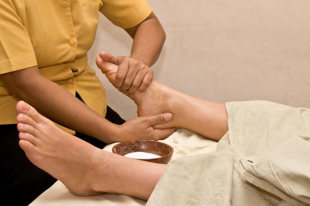 Massage Des Pieds Au Spa Photo Premium