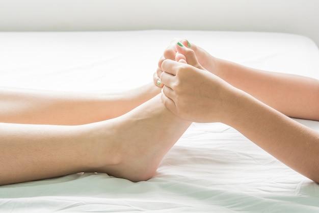 Massage Des Pieds Et De L'huile Spa Et Peau Photo Premium