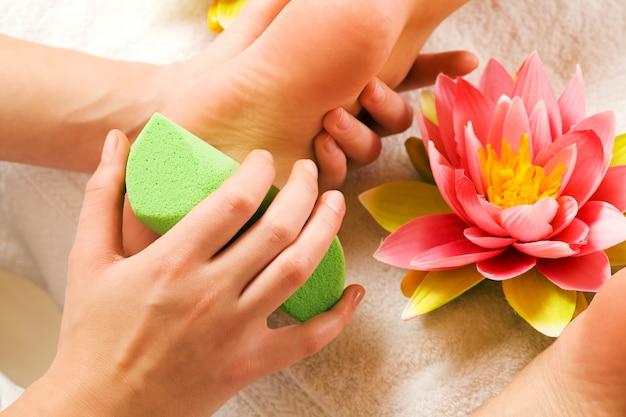 Massage des pieds avec peeling Photo Premium