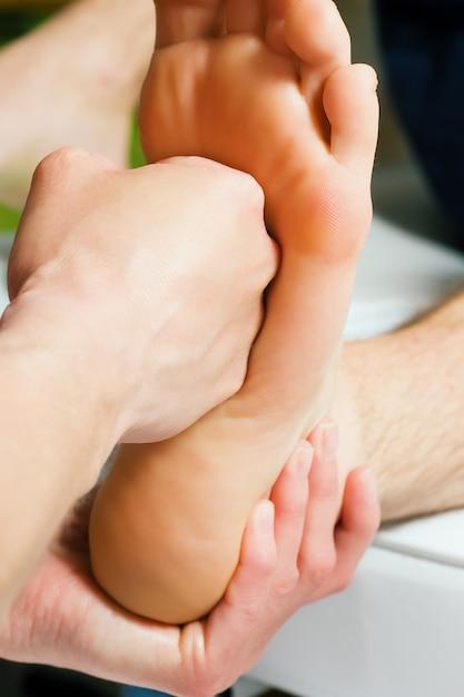 Massage des pieds avec le poing Photo Premium