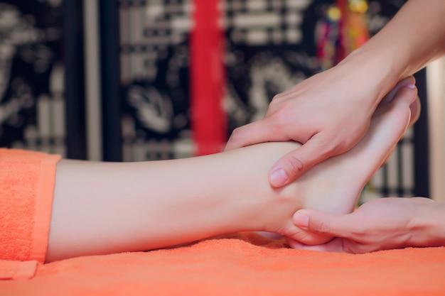 Massage Des Pieds Réflexologie, Gros Plan Du Soin Des Pieds Au Spa. Photo Premium
