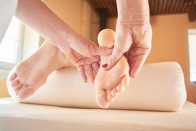 Massage Des Pieds Se Bouchent Dans Le Salon Spa Photo Premium
