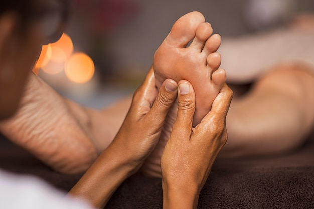 Massage De Réflexologie Plantaire Photo Premium