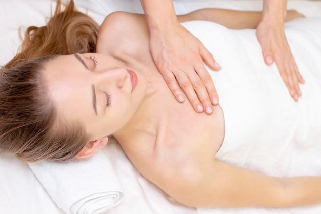 Massage Et Soins Corporels. Spa Corps Massage Femme Mains Traitement. Femme Ayant Un Massage Dans Le Salon Spa Pour Belle Fille Photo Premium