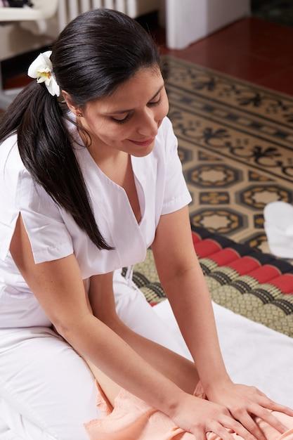 Massage thaï au club de bien-être Photo Premium
