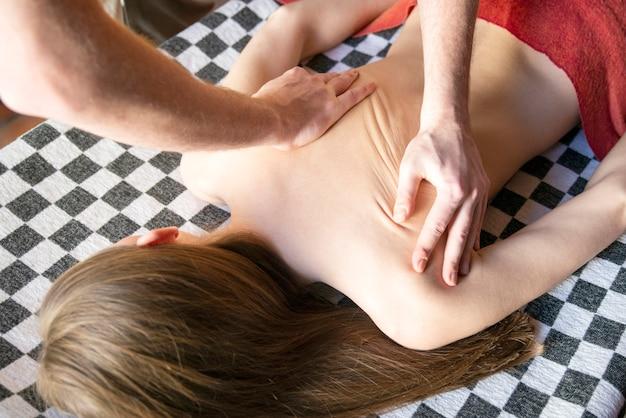 Le Massage Thaï Est Un Type De Massage De Style Thaï Qui Implique Des étirements Et Des Massages Profonds. Photo Premium