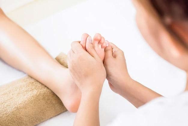 Massage thaï traditionnel relaxant de réflexologie des pieds Photo Premium