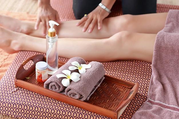 Massage thaïlandais pour les pieds avec médecines douces et huile aromatique aux herbes Photo Premium