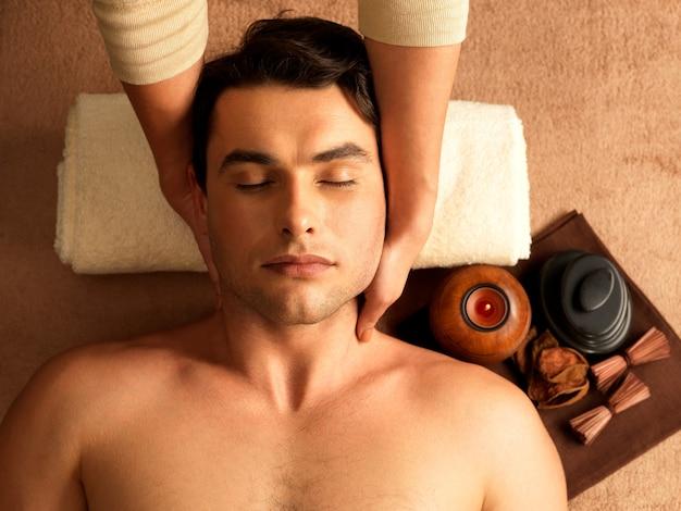 Masseur Faisant Un Massage Du Cou Sur L'homme Dans Le Salon Spa. Photo gratuit