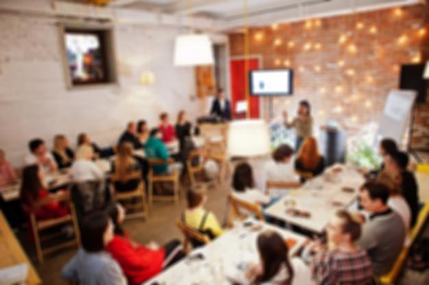 Master Class Et Concept D'étude. Abstrait Photo Floue De Salle De Conférence Ou De Séminaire Avec Haut-parleur Sur La Scène. Photo Premium