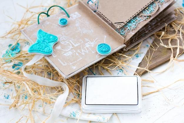 Master class sur la façon de créer un fond de supports mixtes en utilisant des tampons en caoutchouc pour le scrapbooking et l'encre blanche. Photo Premium