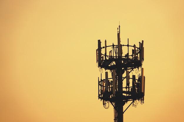Mât sunset et tall avec antenne cellulaire Photo Premium
