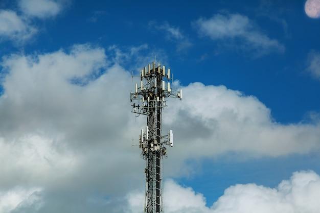 Mât de télécommunication antennes tv technologie sans fil avec ciel bleu Photo Premium