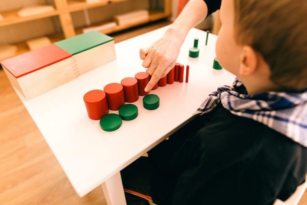 Matériau bois montessori, cours à l'école avec des barres de mathématiques Photo Premium