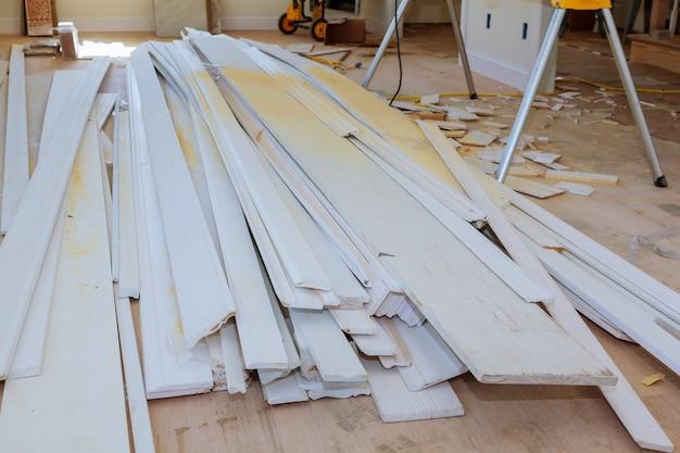 Matériau pour la construction, le remodelage et la rénovation de portes blanches et moulures Photo Premium