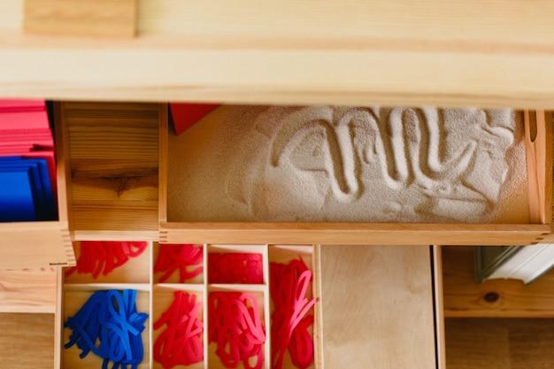 Matériaux montessori disposés dans la salle de classe Photo Premium