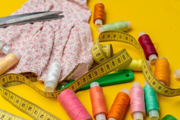 Matériel de couture posé à plat Photo Premium