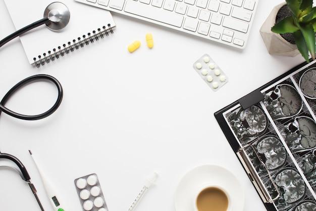 Matériel médical et rempoter avec une tasse de café sur le bureau du médecin Photo gratuit