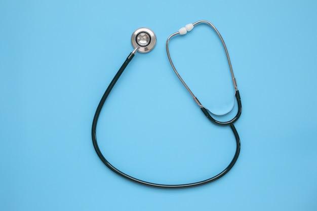 Matériel Médical Stéthoscope Sur Fond Bleu Concept De Soins De Santé Photo Premium