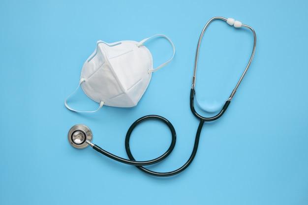 Matériel Médical Stéthoscope Avec Masque Kn95 Sur Fond Bleu Covid-19 Concept De Soins De Santé De Prévention Du Coronavirus Photo Premium