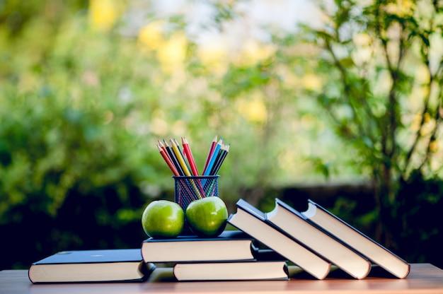 Matériel pédagogique, tableaux et livres concept d'éducation avec espace de copie Photo Premium