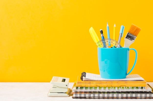 Matériel scolaire sur fond orange Photo gratuit