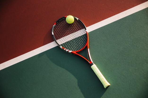 Matériel de tennis sur le terrain de tennis Photo gratuit
