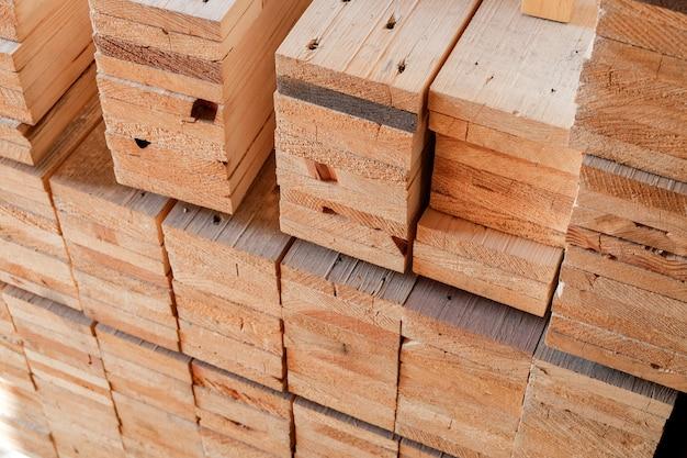 Matériel de transformation du bois en entrepôt pour la construction et la fabrication de meubles Photo Premium