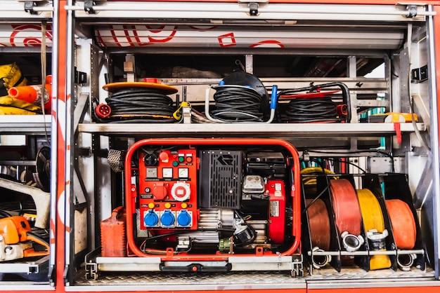 Matériel D'urgence D'un Camion De Pompiers, Avec Groupe électrogène Et Tuyaux. Photo Premium