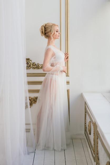 Matin D'une Belle Jeune Mariée En Robe Boudoir. Studio, Intérieur. Photo Premium