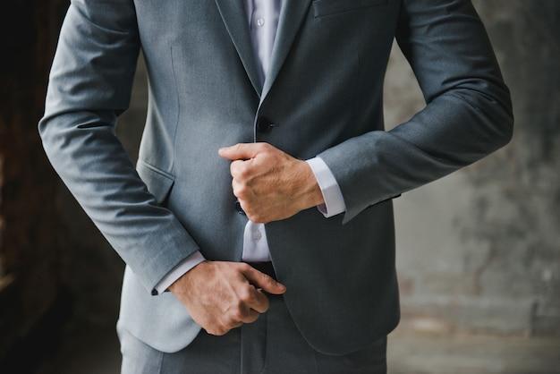Matin du marié. préparation du matin du marié. jeune et beau marié s'habiller Photo Premium