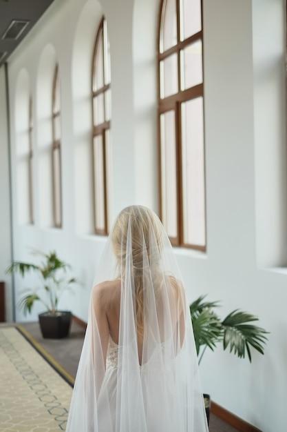 Le matin de la mariée, quand elle porte un beau peignoir, la femme se prépare avant le mariage Photo Premium