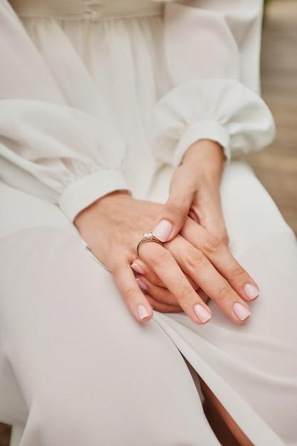 Matin de la mariée quand elle porte une belle robe, femme se prépare avant la cérémonie de mariage Photo Premium