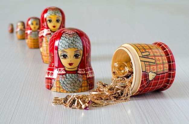 Matriochka rouge. bijoux en or dans la poupée Photo Premium