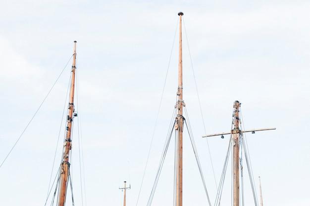 Mâts De Navires Contre Des Skys Photo gratuit