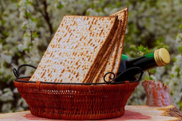 Matzo pour la pâque et le vin sur la table Photo Premium