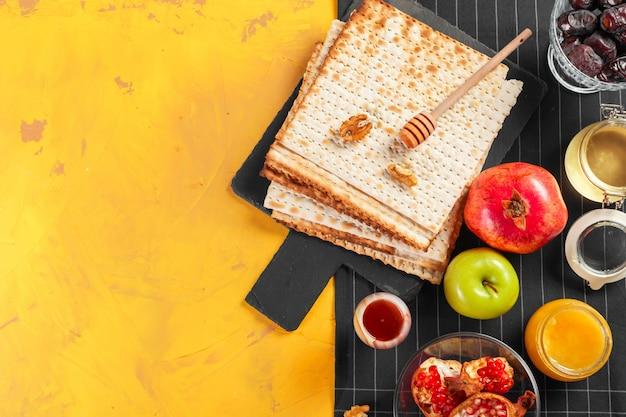 Matzo traditionnel juif casher pour la pesah de pâques Photo Premium
