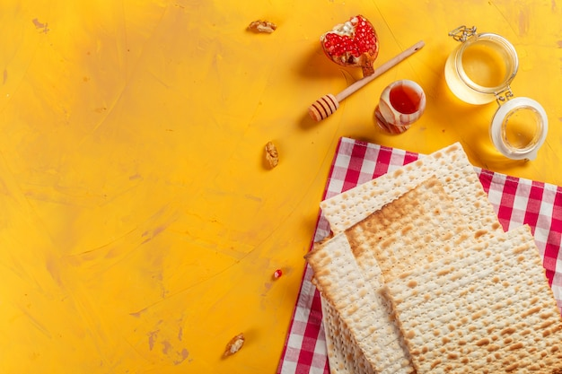 Matzo traditionnel juif casher pour la pesah de pâques Photo Premium
