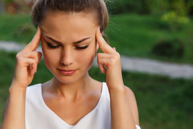 Maux De Tête De Femme, Douleur à La Tête Et Concept De Stress Ou De Dépression. Fille Déprimée. Photo Premium