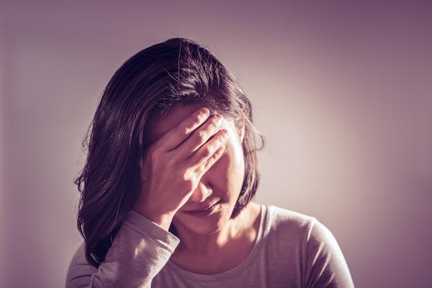 Maux de tête femmes main tenir le front, concept de récupération de médicaments Photo Premium