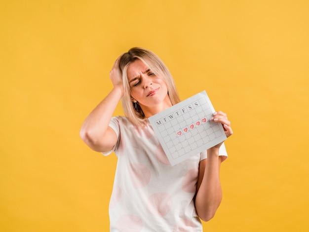 Maux de tête de la période de menstruation vue de face Photo gratuit
