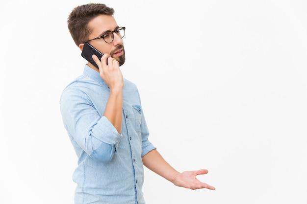 Mec Agacé, Parler Au Téléphone Mobile Photo gratuit