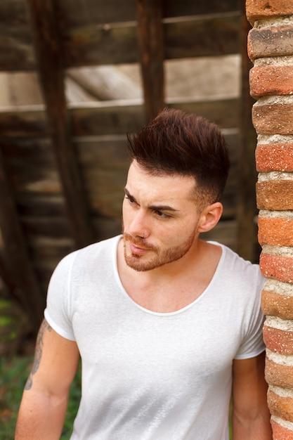 Mec attrayant avec t-shirt blanc Photo Premium